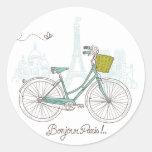 Bicicleta del vintage con la cesta linda en París Etiquetas Redondas