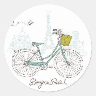 Bicicleta del vintage con la cesta linda en París Pegatina Redonda