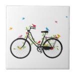 Bicicleta del vintage con las flores y los pájaros azulejos cerámicos