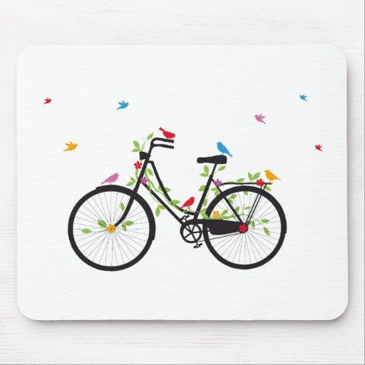 Bicicleta del vintage con las flores y los pájaros mousepad