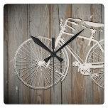 Bicicleta del vintage en arte rústico de la pared  relojes