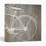 Bicicleta del vintage en el tablero de madera rúst
