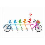bicicleta en tándem colorida con la familia de páj postal