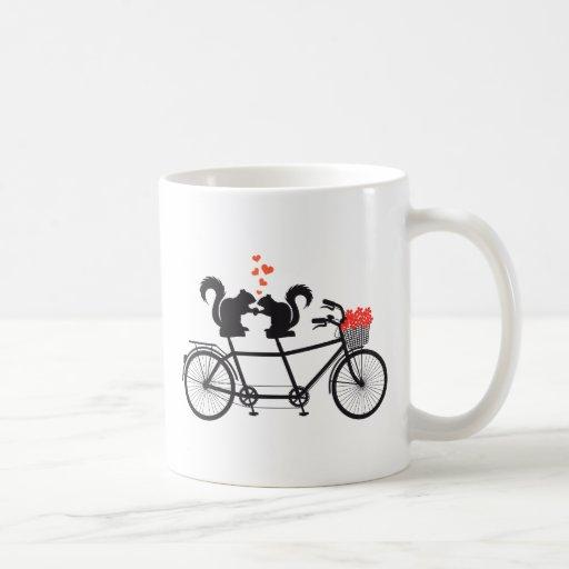 bicicleta en tándem con las ardillas taza de café