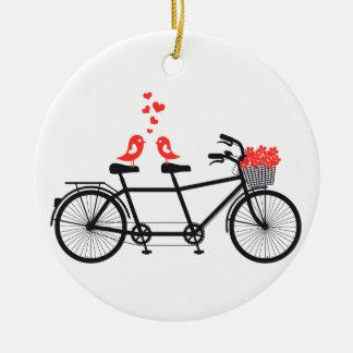 bicicleta en tándem con los pájaros lindos del ornamentos de reyes