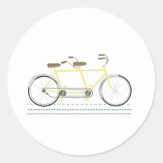 Bicicleta en tándem pegatina redonda