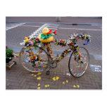 Bicicleta fresca de Amsterdam con el pato amarillo Postal