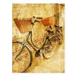 Bicicleta italiana romántica en la calle postales