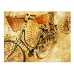 Bicicleta italiana romántica en la calle tarjetas postales