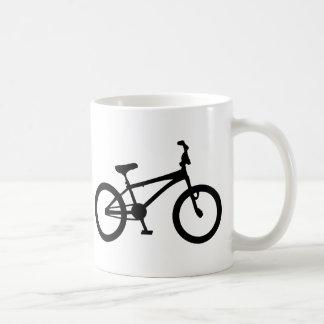 bicicleta negra del bmx taza básica blanca