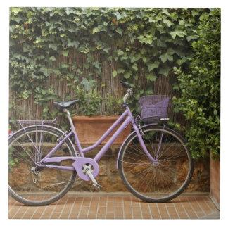 Bicicleta parqueada, Pienza, Italia, Toscana Azulejo Cuadrado Grande