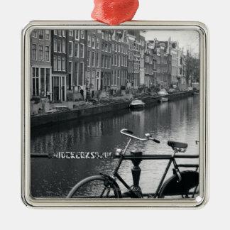 Bicicleta por el canal adorno navideño cuadrado de metal