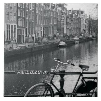 Bicicleta por el canal azulejo cuadrado grande