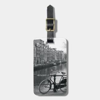 Bicicleta por el canal etiquetas maletas