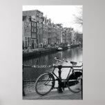 Bicicleta por el canal póster