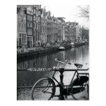 Bicicleta por el canal tarjeta postal