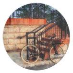 Bicicleta por la estación de tren plato para fiesta