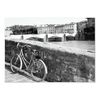 Bicicleta retra al lado de un puente en Florencia Comunicados Personales