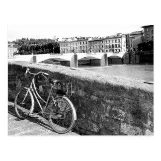 Bicicleta retra al lado de un puente en Florencia Postal
