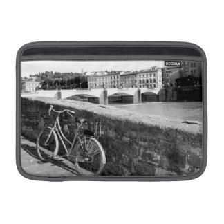 Bicicleta retra en la ciudad de Florencia, Italia Fundas Macbook Air