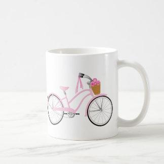 Bicicleta rosada con las flámulas taza básica blanca