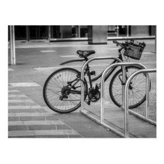 Bicicleta sola tarjeta postal