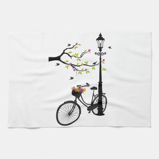 Bicicleta vieja con la lámpara, cesta de la flor,  toallas de mano