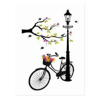 Bicicleta vieja con la lámpara, cesta de la flor,  tarjetas postales
