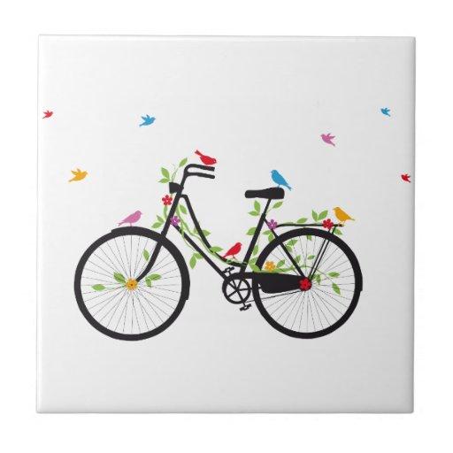 Bicicleta vieja del vintage con las flores y los p azulejo cuadrado pequeño