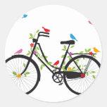 Bicicleta vieja del vintage con las flores y los p pegatinas
