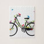 Bicicleta vieja del vintage con las flores y los p rompecabeza con fotos