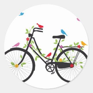 Bicicleta vieja del vintage con las flores y los pegatinas redondas