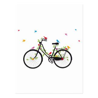 Bicicleta vieja del vintage con las flores y los tarjetas postales
