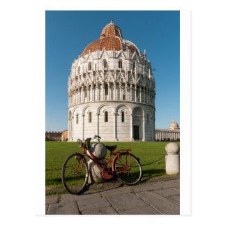 Bicicleta y Baptistry de St. John, Pisa, Italia Postales