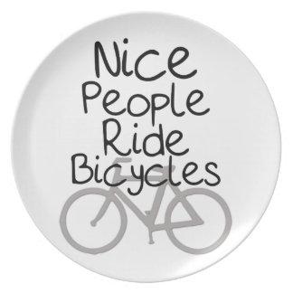 Bicicletas agradables del paseo de la gente platos para fiestas