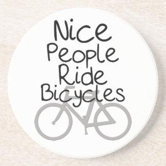 Bicicletas agradables del paseo de la gente posavaso para bebida