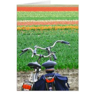 Bicicletas coloridas de los tulipanes tarjeton