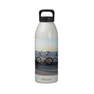 Bicicletas con un cuervo botellas de beber