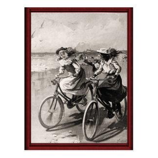 Bicicletas del vintage en la playa postales