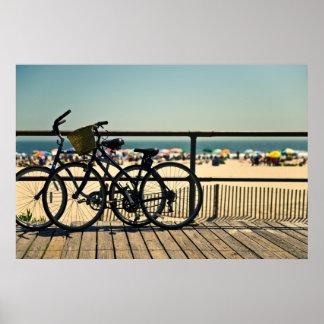 Bicicletas en el paseo marítimo póster