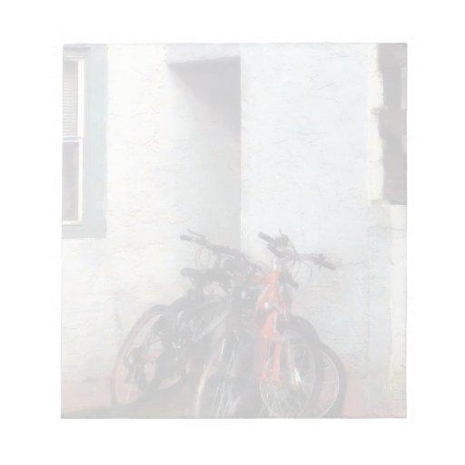 Bicicletas en yarda libreta para notas