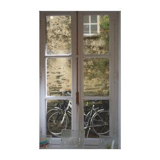 Bicicletas enmarcadas por los cristales de ventana lienzo envuelto para galerías