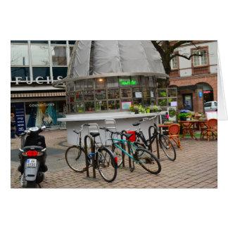 bicicletas fuera de un florista en Estrasburgo Tarjeta De Felicitación