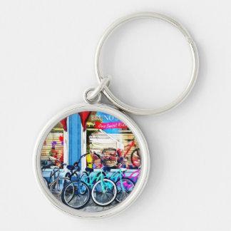 Bicicletas y chocolate llavero redondo plateado