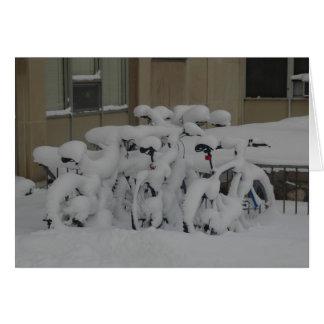 Bicis cubiertas en nieve tarjeta de felicitación
