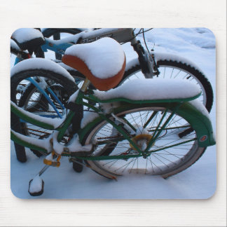 Bicis en la nieve tapete de raton
