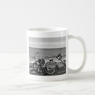 Bicis por el mar taza de café