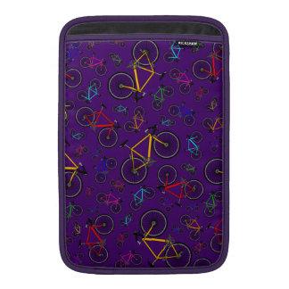 Bicis púrpuras del camino fundas MacBook