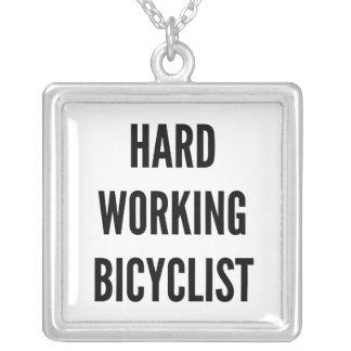 Bicyclist de trabajo duro colgante