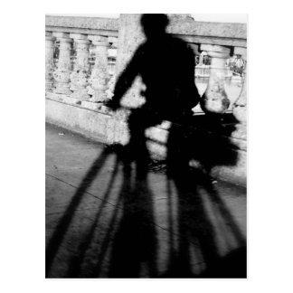 Bicyclist en el puente de Burnside, Portland, Oreg Postales